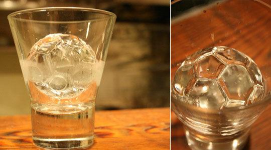Focilabda jéggömb pohárban