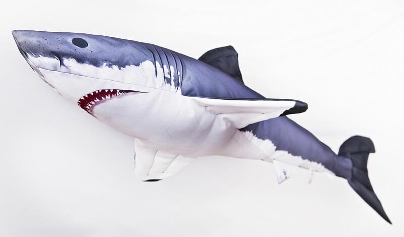 Élethű fehér cápa párna ideális karácsonyi ajándék